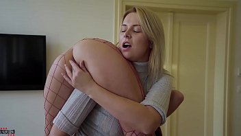 Brincadeira sexual lesbica entre as loiras atraentes do redtube