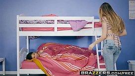 Porno brazzers casal flagrado por irmã na beliche