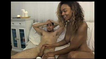 Pornografia com a negra de peitos perfeitos na foda alegre