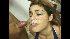 Ruiva faz boquete e toma gozada na cara