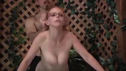 Ruiva novinha peituda na banheira pronta para o sexo