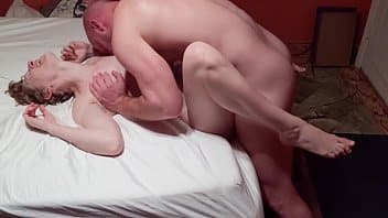 Casal em primeiro porno amador filmando no quarto de casa