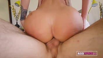 Lela Star peituda aproveita banho toda molhada para fazer o porno