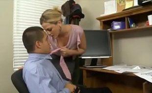 Safadinha secretária em flagra amador fodendo no trabalho