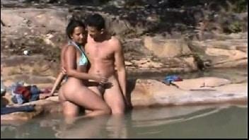 Namorados flagrados transando na beira do rio