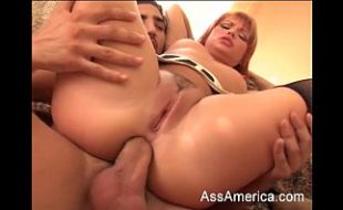 Ruiva linda faz sexo anal
