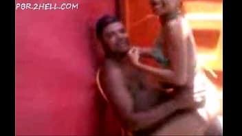Casal flagrado transando no banheiro da balada