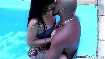 Sexo na piscina com morena deliciosa
