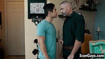 Gay muito dotado levando cacete no seu traseiro