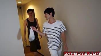 Japonês gay dando para o entregador
