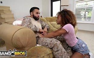 Soldado tirando o seu atraso com a puta mulatinha