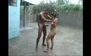 Transando na chuva com a mulher safada