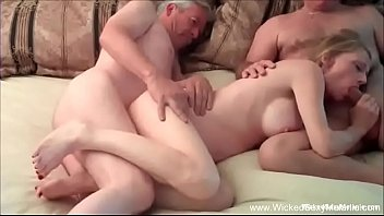 Vídeo de loirinha quente dando para dois de uma vez só