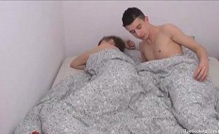 Amigos novinhos na cama transando gostoso