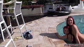 Amiguinhas safadas transando na beira da piscina