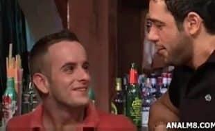 Gays transando no bar