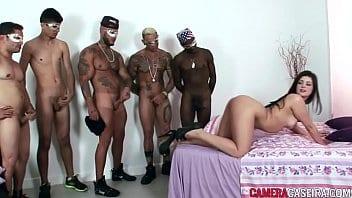Gostosa na suruba com cinco machos safados