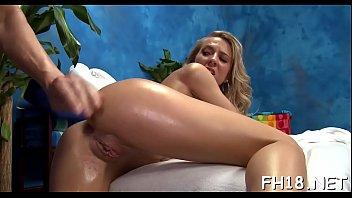 Loira cavalona fazendo sexo com o machoa da rola grossa dentro do banheiro