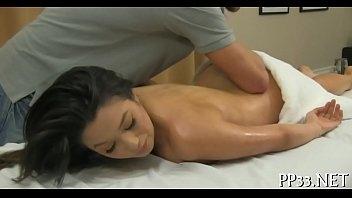 Massagista aproveitador comendo a novinha gostosa