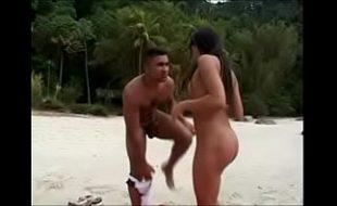 Mulher do bucetão guloso dando na praia para o tarado