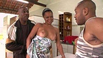 Mulher pervertida deu para dois machos