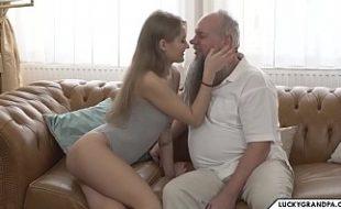 Novinha safada metendo com o seu avô tarado