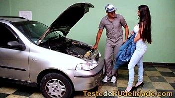 Peituda não se aguenta de tesão e fode com o mecânico casado