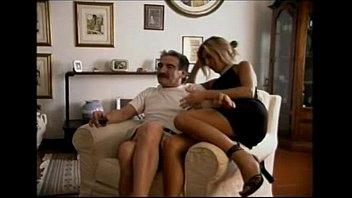 Porno italiano com as duas gostosas dando para o marmanjo