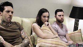 Porno quente safadinha sendo dominada por dois amigos safados
