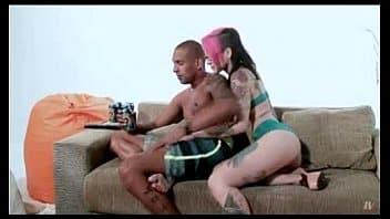 Tatuada com vontade de meter tira a roupa e senta no cano do seu macho