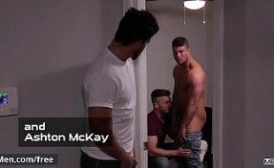 Trio de machos safados fodendo em quarto depois da festa