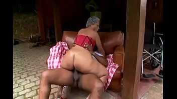 Velha tesuda protagonizando um sexo gostoso com um novinho puto