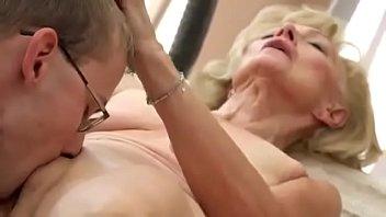 Estuprando a vovó obrigando ela a fazer sexo