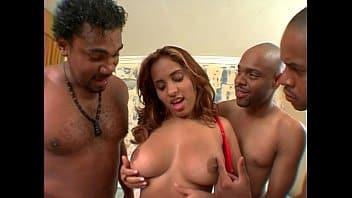 Porno gangbang morena encarando as pirocas duras
