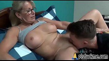 Revista sexy → Pegando a mamãe de jeito e gozando