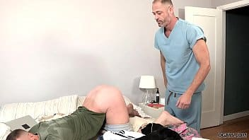 Hotboys - Putinho empinando a bunda para o parceiro comer