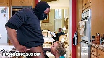 Aj applegate chupando e fodendo com negão enquanto seu marido lia o jornal