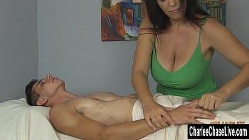 Massagem peniana mulher experiente relaxando o camarada