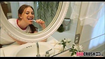 Novinha no banho fodendo gostoso com o coroa