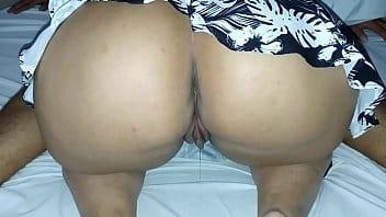 Esposa xvideos com a buceta molhada enquanto chupa o amante