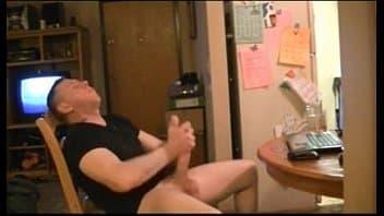 Punheta gay com dotado safado se exibindo enquanto se masturba