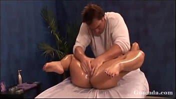 Massagem vaginal com massagista fazendo a cliente gozar