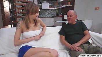 Sexo com velho tarado pegando sua netinha gostosa