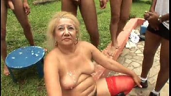 Comendo velha brasileira na suruba muito louca