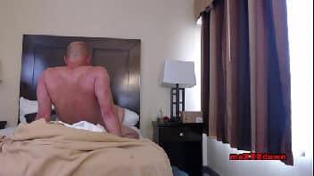 Videopornô careca pauzudo arrombando a perereca da sua madrasta tesuda