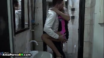 Trepa gostoso dentro do banheiro com magrinha safada