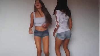 Novinha do funk fazendo video caseiro com amiga