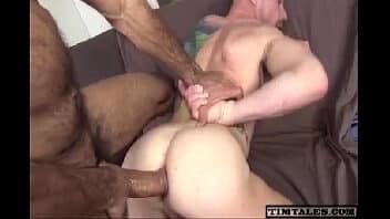 Gays dotados transando gostoso no sofá