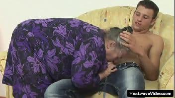 Comendo a vovó no seu sofá favorito