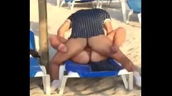 Metendo na praia com a esposa gostosa e todo mundo vendo a putaria
